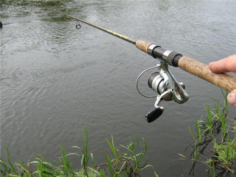 рыбак быстро надел наживку