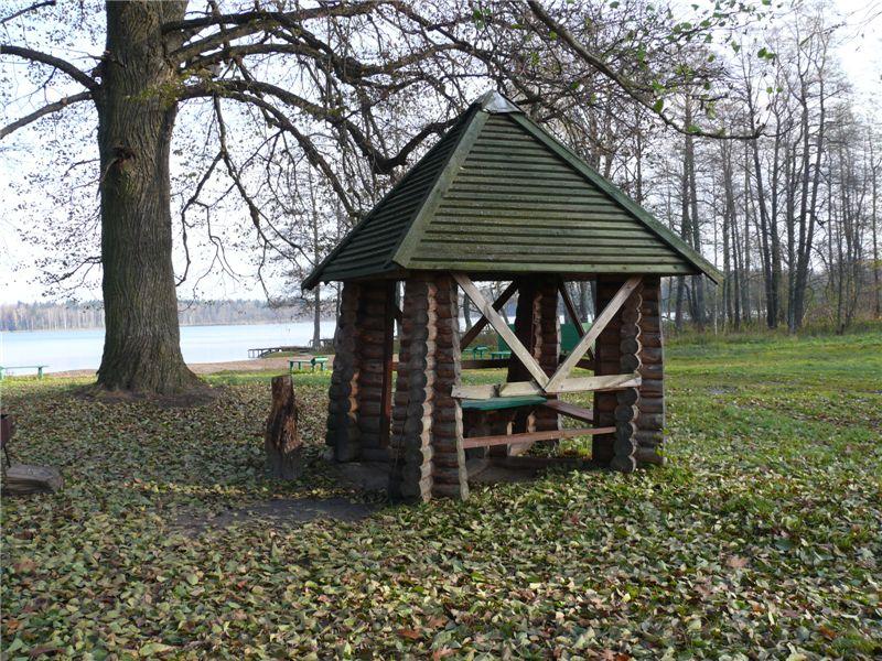 Туристическая стоянка у озера.